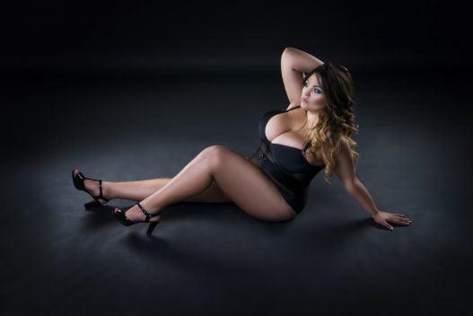 Kvinde i plus size lingeri